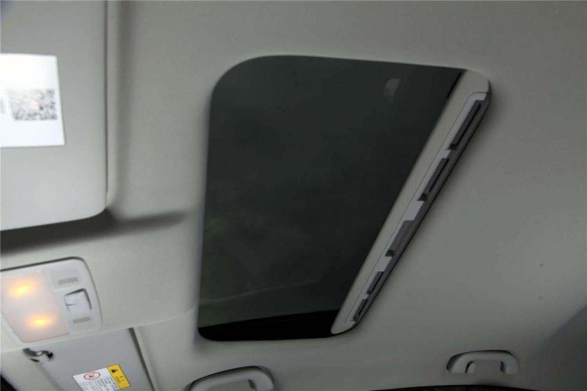 但在这个全景天窗泛滥的市场下,景逸s50的传统型天窗显得略小了一些.